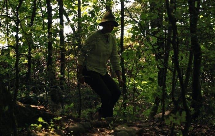 Die Waldläuferin Cornelia Miedler in vierbeiniger Begleitung